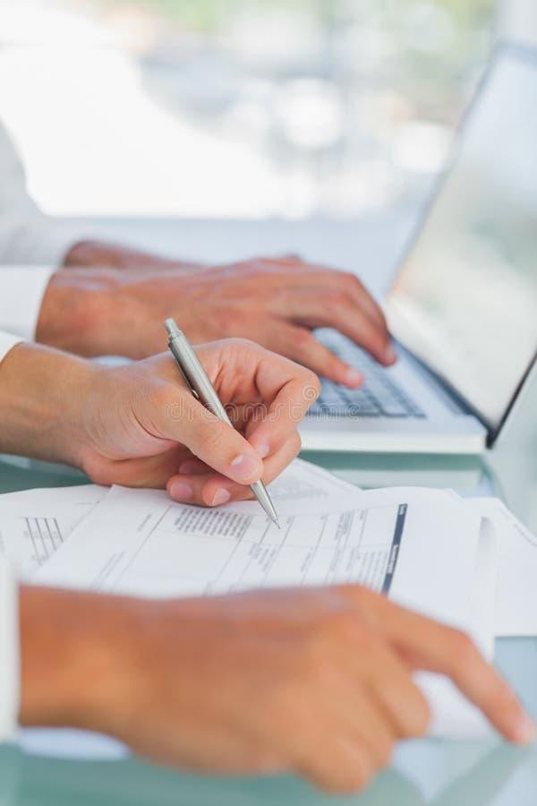 Επιχειρηματίας που αναλύει τα έγγραφα άλλη εργασία στοκ εικόνα