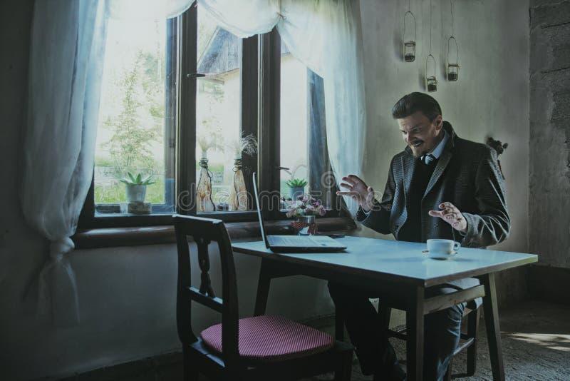Επιχειρηματίας που απασχολείται και που κάνει στα σχέδια στοκ φωτογραφία