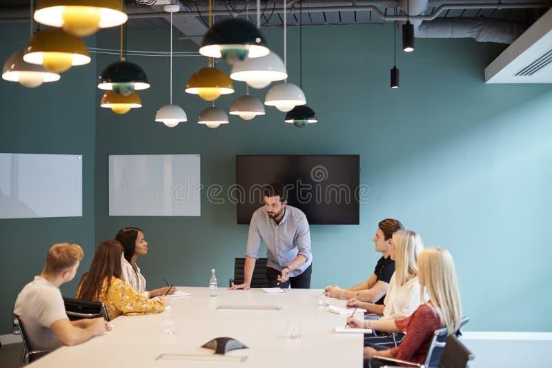 Επιχειρηματίας που απευθύνεται στην ομάδα υποψηφίων που συναντιούνται γύρω από τον πίνακα στη διαβαθμισμένη ημέρα αξιολόγησης της στοκ εικόνες με δικαίωμα ελεύθερης χρήσης