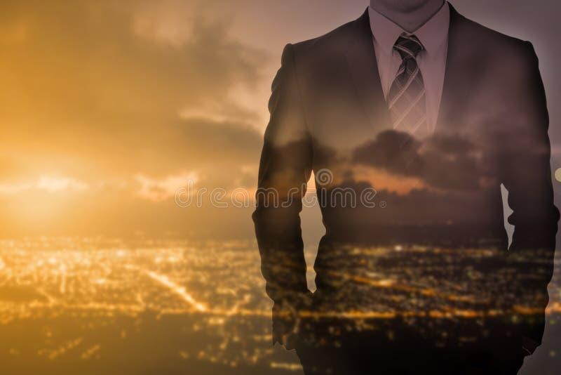επιχειρηματίας που απομονώνεται στάση άσπρος στοκ φωτογραφία με δικαίωμα ελεύθερης χρήσης