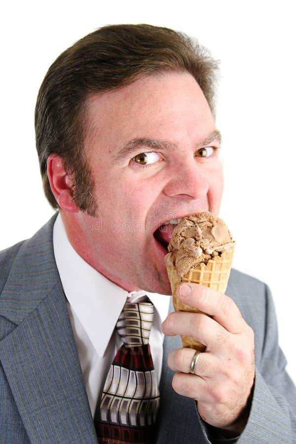 Επιχειρηματίας που απολαμβάνει τον κώνο παγωτού στοκ εικόνες