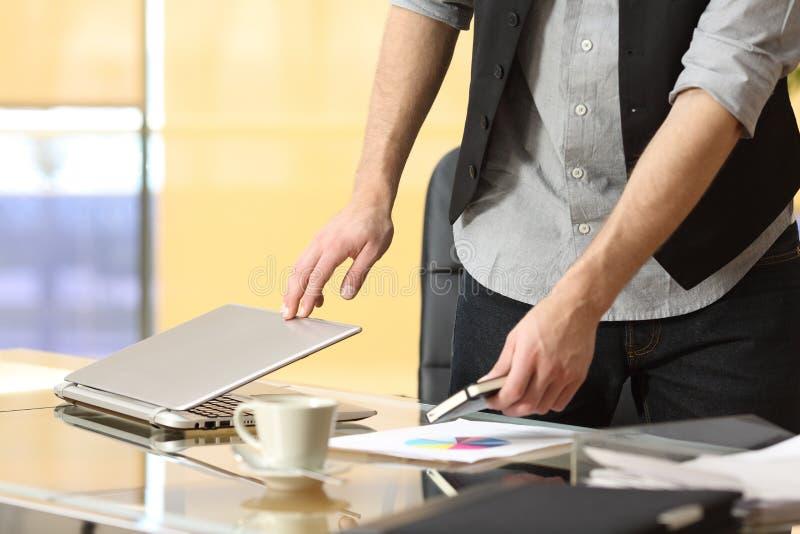 Επιχειρηματίας που αφήνει την εργασία στο γραφείο στοκ εικόνα