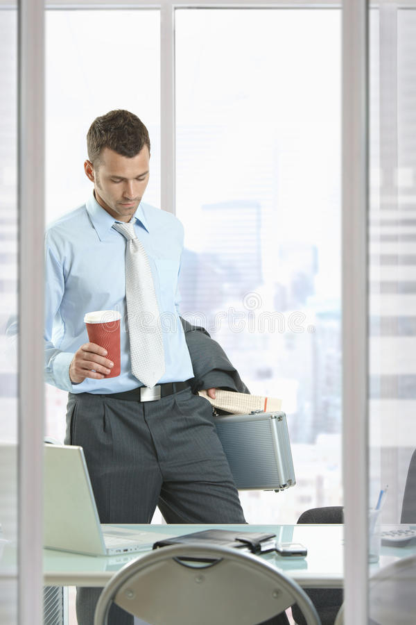 Επιχειρηματίας που αφήνει το γραφείο στοκ εικόνες