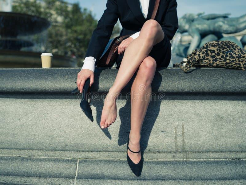 Επιχειρηματίας που βγάζει το παπούτσι της στην πόλη στοκ φωτογραφία με δικαίωμα ελεύθερης χρήσης