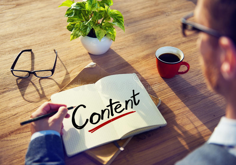 Επιχειρηματίας που γράφει το περιεχόμενο του Word στοκ εικόνα με δικαίωμα ελεύθερης χρήσης