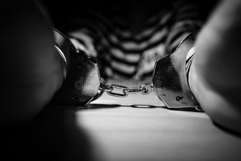 Επιχειρηματίας που δένεται με χειροπέδες σε έναν φυλακισμένο στοκ φωτογραφίες