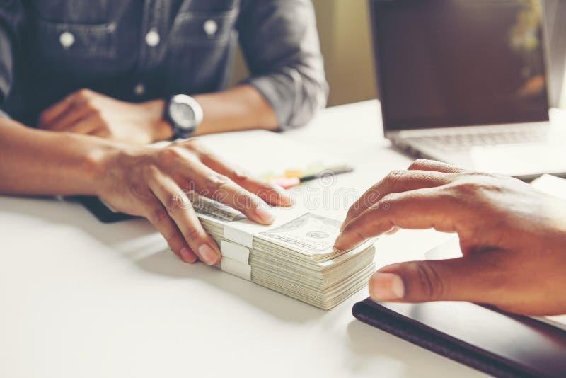 Επιχειρηματίας που δίνει τα χρήματα στο συνεργάτη του κάνοντας τη σύμβαση - στοκ εικόνα