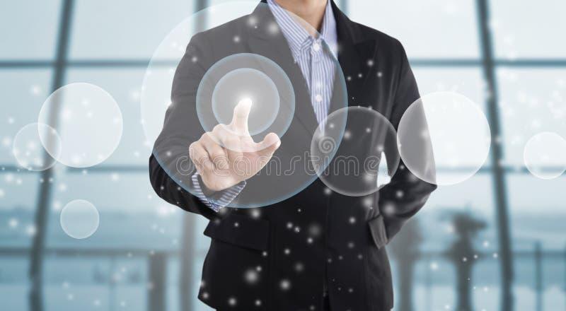 Επιχειρηματίας που δείχνει στην εικονική οθόνη στοκ φωτογραφία με δικαίωμα ελεύθερης χρήσης