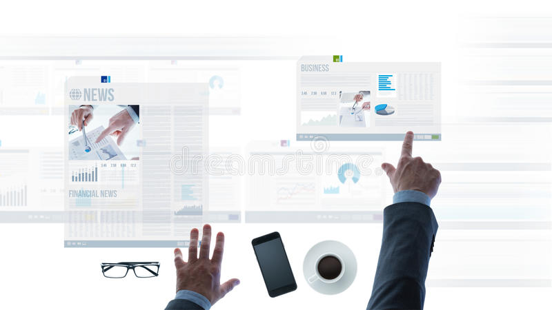 Επιχειρηματίας που δείχνει στις οικονομικές εκθέσεις και τις φωτογραφικές διαφάνειες ειδήσεων στοκ εικόνα