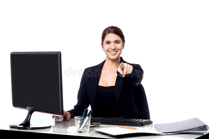 Επιχειρηματίας που δείχνει στο θεατή στο γραφείο της στοκ φωτογραφία με δικαίωμα ελεύθερης χρήσης