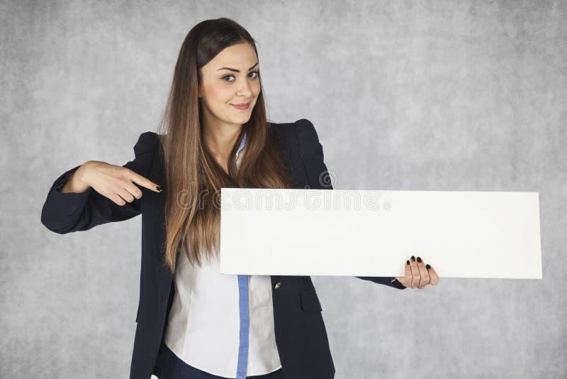 Επιχειρηματίας που δείχνει τη θέση στη διαφήμισή σας στοκ φωτογραφία με δικαίωμα ελεύθερης χρήσης