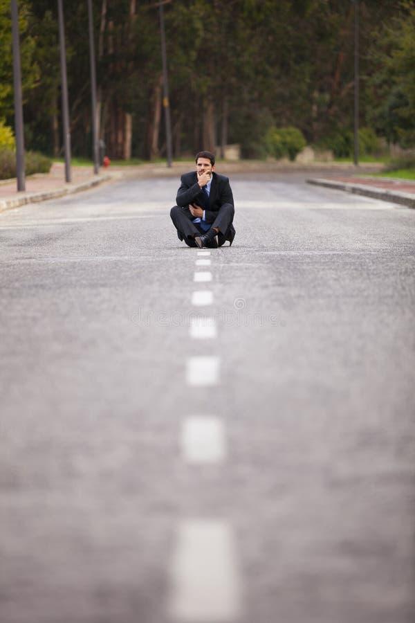Επιχειρηματίας που εγκαθίσταται στην οδική γραμμή στοκ φωτογραφίες με δικαίωμα ελεύθερης χρήσης