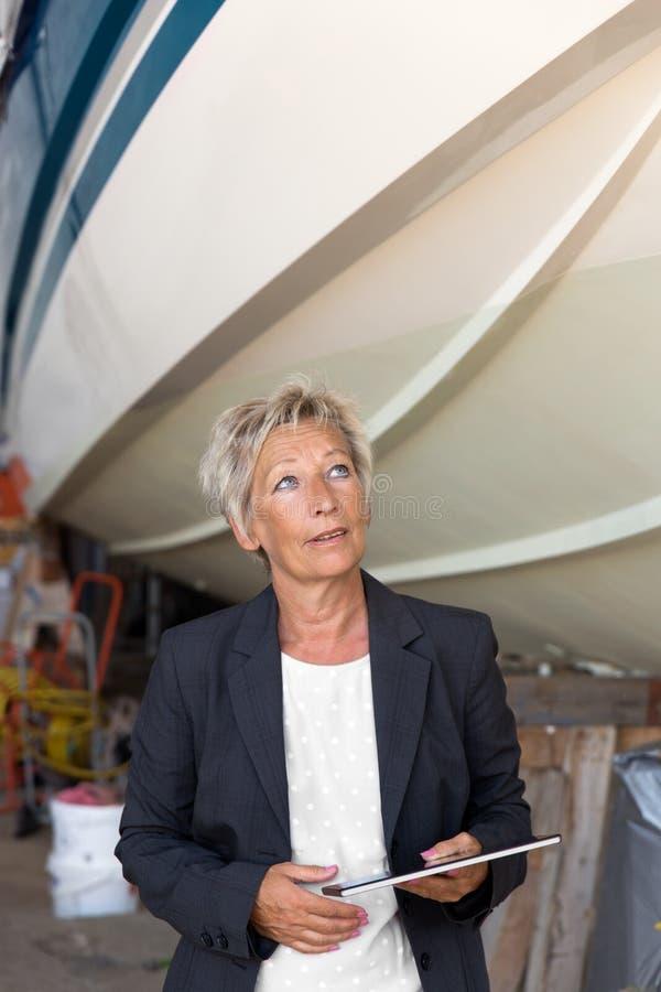 Επιχειρηματίας που εκφέρει μια γνώμη σχετικά με ένα ναυπηγείο στοκ φωτογραφία με δικαίωμα ελεύθερης χρήσης