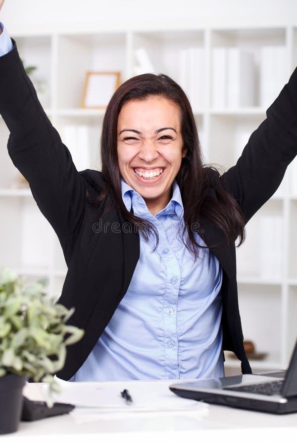 Επιχειρηματίας που εμφανίζει νίκη της στοκ φωτογραφία