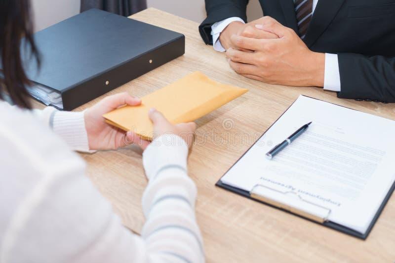 Επιχειρηματίας που εξετάζει για τα χρήματα στο φάκελο που προσφέρεται από ένα wom στοκ φωτογραφίες με δικαίωμα ελεύθερης χρήσης