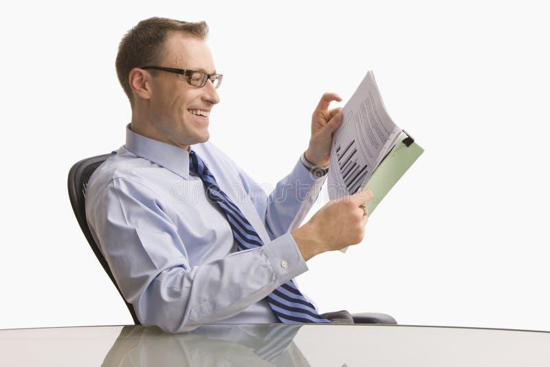 Επιχειρηματίας που εξετάζει τη γραφική εργασία - που απομονώνεται στοκ εικόνες