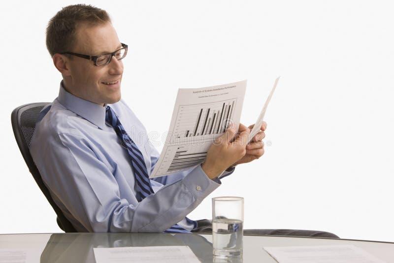 Επιχειρηματίας που εξετάζει τη γραφική εργασία - που απομονώνεται στοκ φωτογραφία