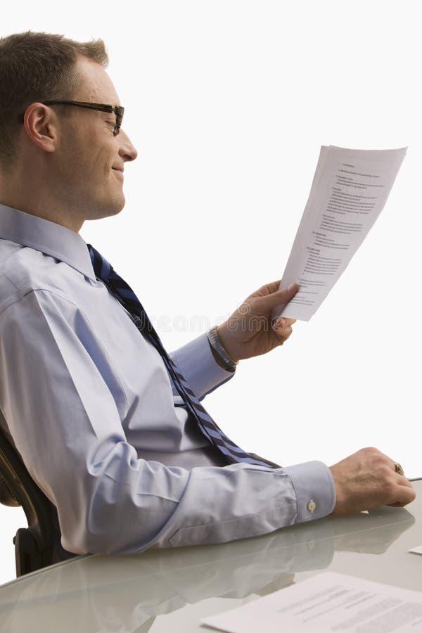 Επιχειρηματίας που εξετάζει τη γραφική εργασία - που απομονώνεται στοκ εικόνα με δικαίωμα ελεύθερης χρήσης