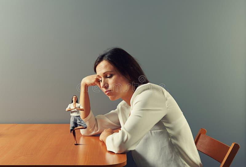 Επιχειρηματίας που εξετάζει τη μικρή γυναίκα περισυλλογής στοκ φωτογραφίες