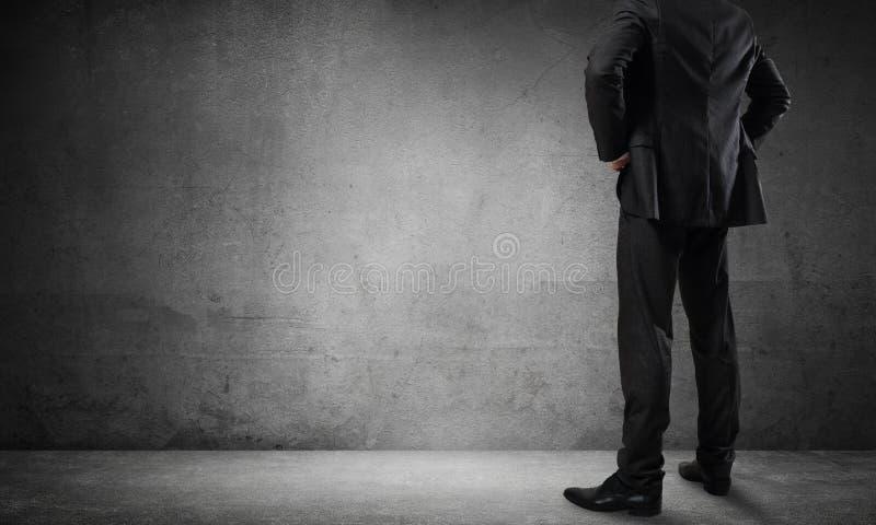 Επιχειρηματίας που εξετάζει τον τοίχο στοκ φωτογραφία