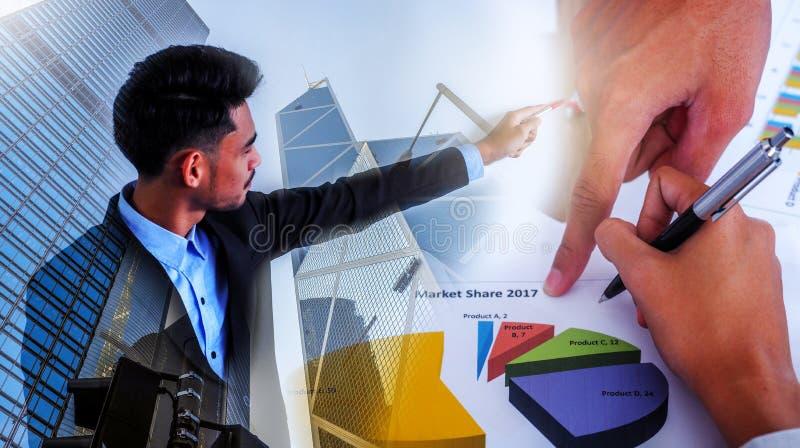 Επιχειρηματίας που εξετάζει το επιχειρηματικό σχέδιο Η έννοια της επιτυχίας, της ηγεσίας και της νίκης στην επιχείρηση στοκ φωτογραφίες