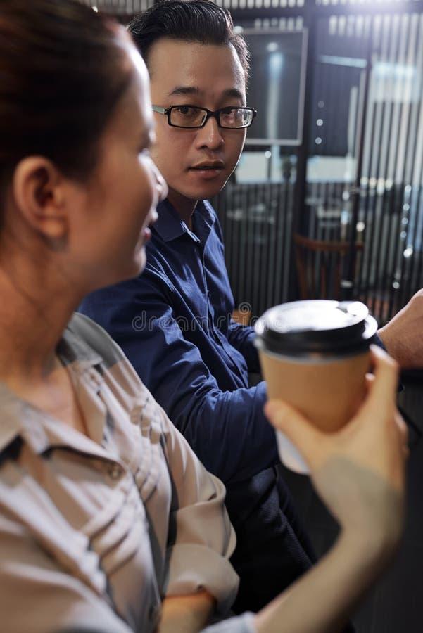 Επιχειρηματίας που εξετάζει το συνάδελφο στοκ φωτογραφία με δικαίωμα ελεύθερης χρήσης