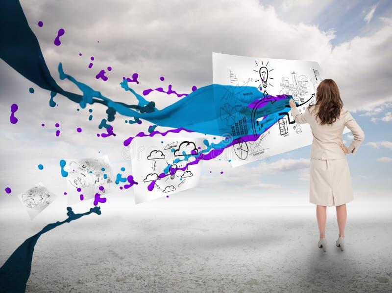 Επιχειρηματίας που επισύρει την προσοχή σε χαρτί δίπλα στον παφλασμό χρωμάτων στοκ φωτογραφίες