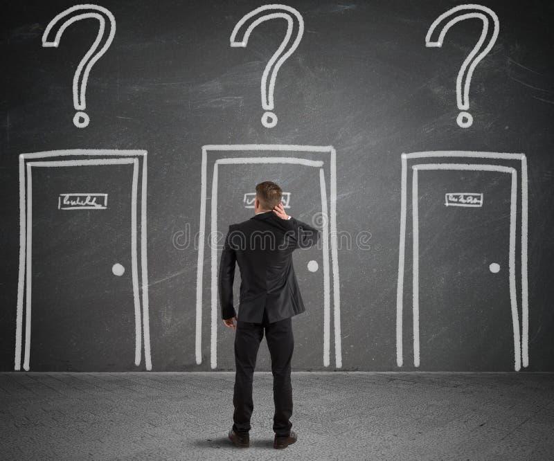 Επιχειρηματίας που επιλέγει τη σωστή πόρτα στοκ εικόνες