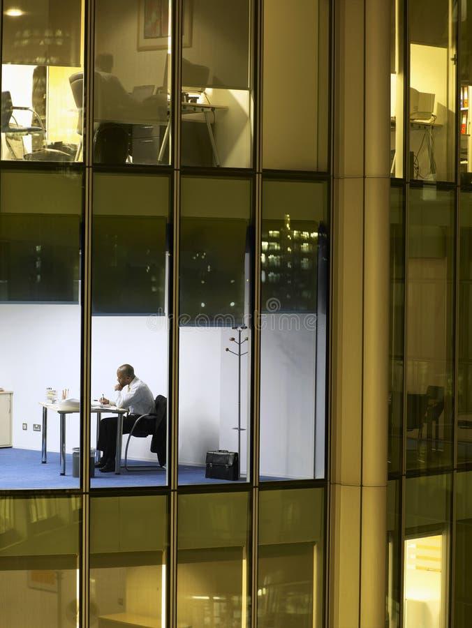 Επιχειρηματίας που εργάζεται αργά - νύχτα στο γραφείο γραφείων στοκ φωτογραφίες με δικαίωμα ελεύθερης χρήσης