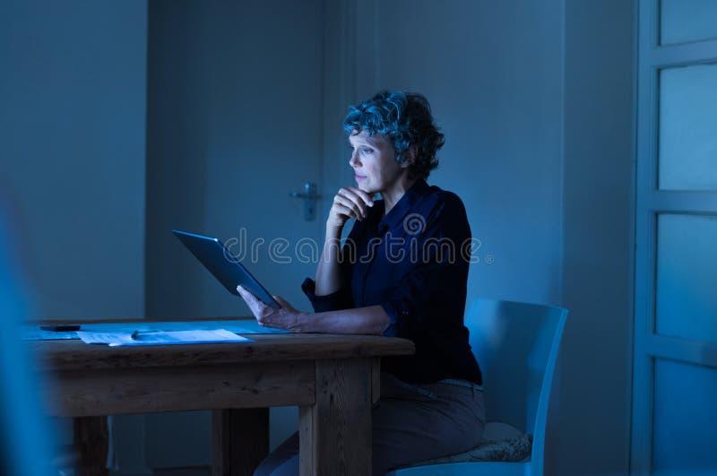 Επιχειρηματίας που εργάζεται αργά στοκ εικόνες