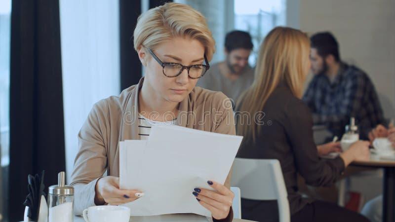 Επιχειρηματίας που εργάζεται με τα έγγραφα στη καφετερία στοκ φωτογραφίες με δικαίωμα ελεύθερης χρήσης