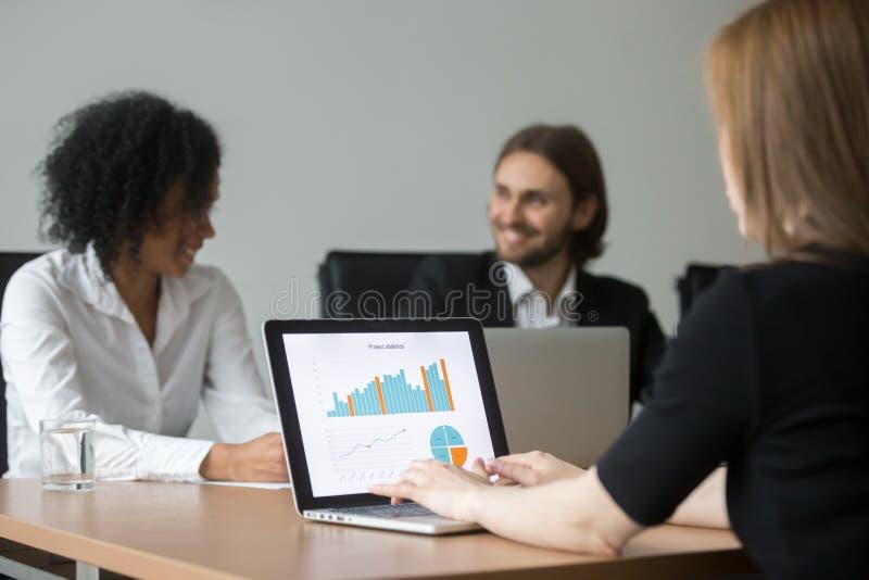 Επιχειρηματίας που εργάζεται με τις στατιστικές προγράμματος που προετοιμάζουν την έκθεση α στοκ εικόνες
