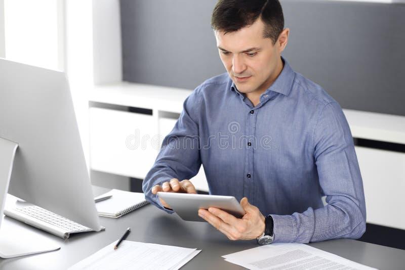 Επιχειρηματίας που εργάζεται με τον υπολογιστή ταμπλετών στο σύγχρονο γραφείο Headshot του αρσενικού διευθυντή επιχειρηματιών ή ε στοκ φωτογραφία με δικαίωμα ελεύθερης χρήσης