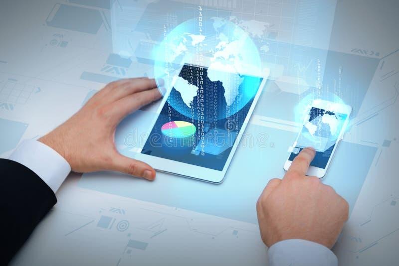 Επιχειρηματίας που εργάζεται με το επιτραπέζιο PC και το smartphone στοκ φωτογραφία με δικαίωμα ελεύθερης χρήσης