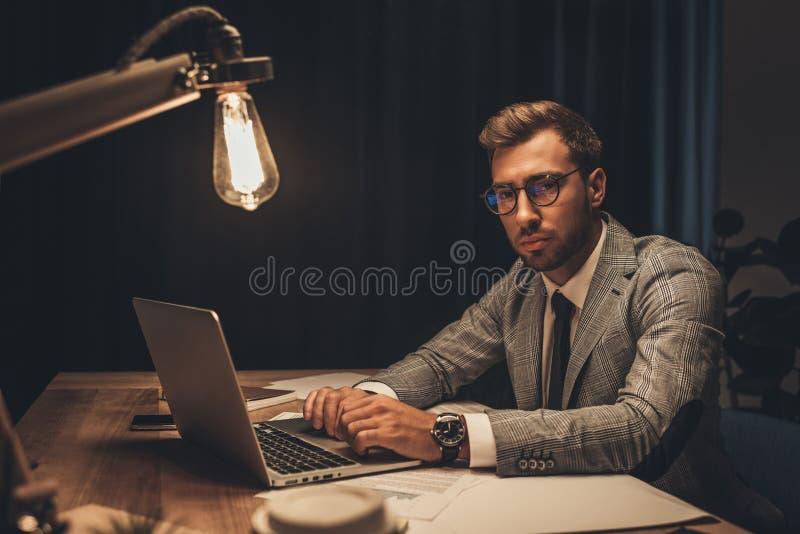 επιχειρηματίας που εργάζεται με το lap-top αργά - νύχτα στοκ φωτογραφίες με δικαίωμα ελεύθερης χρήσης