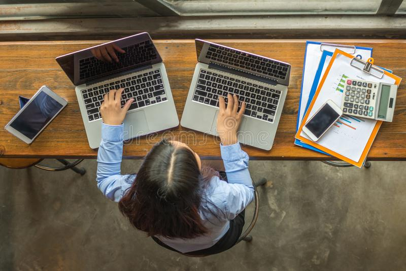 Επιχειρηματίας που εργάζεται σε δύο lap-top στοκ φωτογραφία με δικαίωμα ελεύθερης χρήσης
