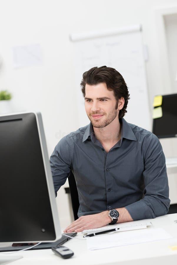 Επιχειρηματίας που εργάζεται στον υπολογιστή του στοκ εικόνες