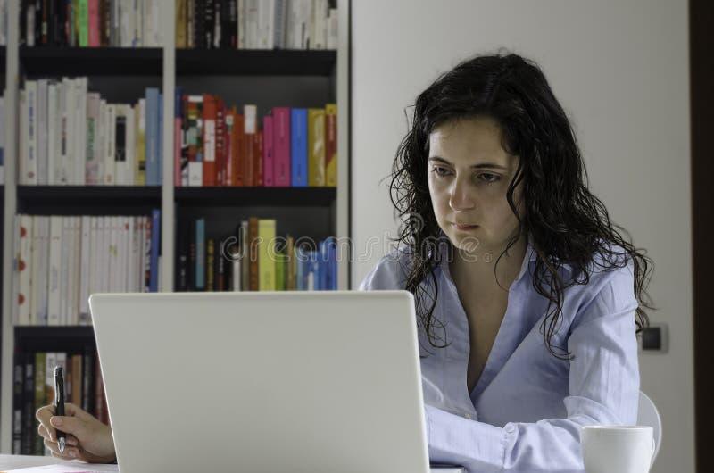 Επιχειρηματίας που εργάζεται στο γραφείο της στοκ εικόνες με δικαίωμα ελεύθερης χρήσης