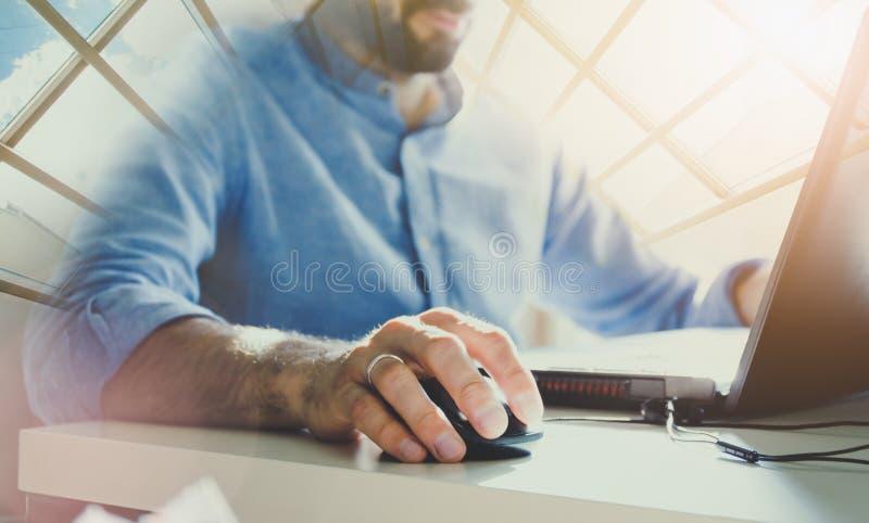 Επιχειρηματίας που εργάζεται στο σύγχρονο γραφείο με τη σύγχρονη τεχνολογία διαγράμματα αύξησης, επιχειρησιακή έννοια, στρατηγική στοκ φωτογραφία
