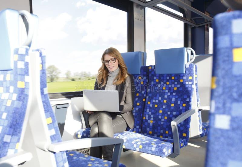 Επιχειρηματίας που εργάζεται στο τραίνο στοκ φωτογραφία με δικαίωμα ελεύθερης χρήσης
