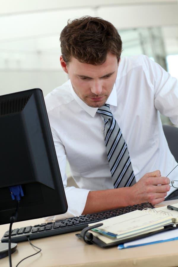 Επιχειρηματίας που ελέγχει τους διορισμούς στην ημερήσια διάταξη στοκ εικόνα