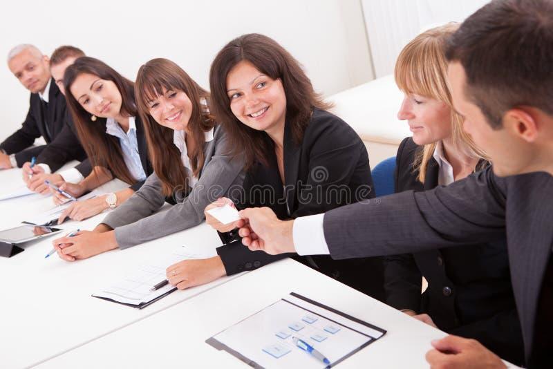 Επιχειρηματίας που διανέμει μια επαγγελματική κάρτα στοκ εικόνες με δικαίωμα ελεύθερης χρήσης