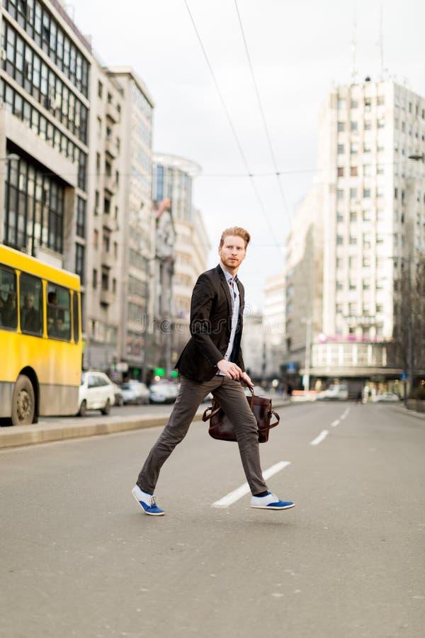 Επιχειρηματίας που διασχίζει το δρόμο σε μια βιασύνη στοκ εικόνα