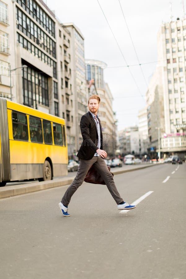 Επιχειρηματίας που διασχίζει το δρόμο σε μια βιασύνη στοκ φωτογραφία με δικαίωμα ελεύθερης χρήσης