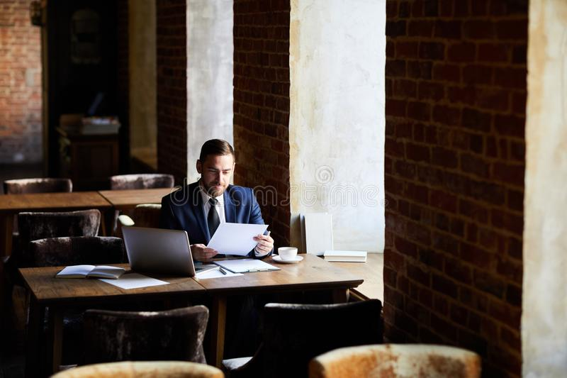 Επιχειρηματίας που ικανοποιεί ικανοποιημένος με τα αποτελέσματα στοκ φωτογραφίες