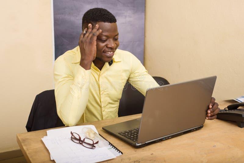 Επιχειρηματίας που κάθεται σε ένα γραφείο με έναν υπολογιστή μπροστά του στοκ φωτογραφία με δικαίωμα ελεύθερης χρήσης
