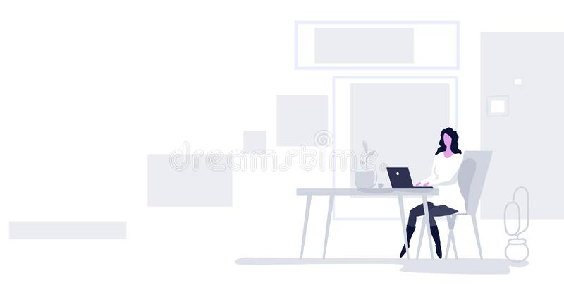 Επιχειρηματίας που κάθεται στο χώρο εργασίας γυναίκα που χρησιμοποιεί διανυσματική απεικόνιση