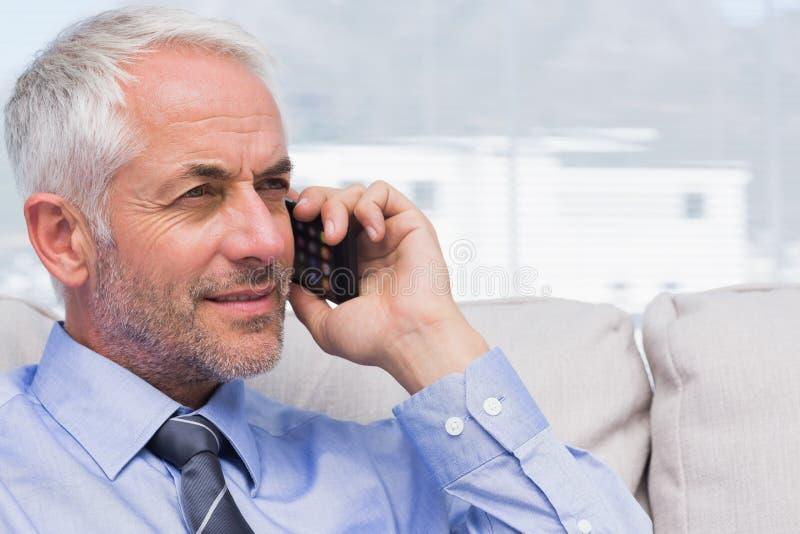 Επιχειρηματίας που κάνει μια κλήση στοκ φωτογραφίες