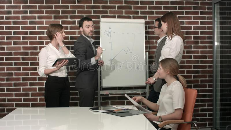 Επιχειρηματίας που κάνει μια παρουσίαση για το flipchart Έννοια ομαδικής εργασίας στοκ εικόνες