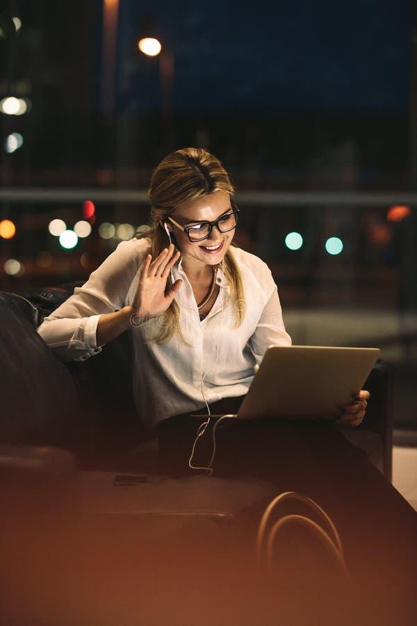 Επιχειρηματίας που κάνει μια τηλεοπτική κλήση στοκ εικόνες